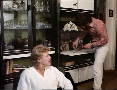 Der Mann von Welt weiß: Nur mit Uhr in der Minibar gelingt der Sieben-Minuten-Cognac perfekt.